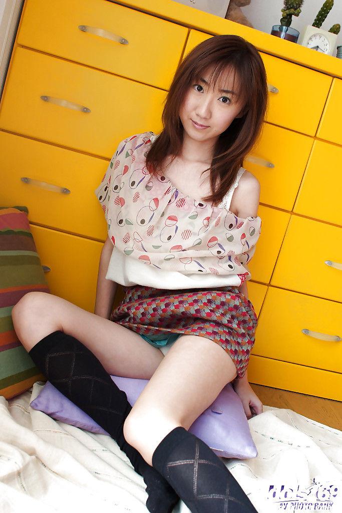 Японка крутит худенькой жопой и волосатой писькой