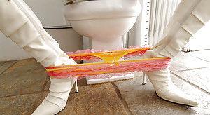 Сладкая японская телка сняла цветастые трусики на унитазе