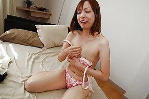 Японская мамочка балуется спрятанным вибратором в спальне