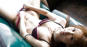 Японская красотка экстравагантно раздевается на диванчике