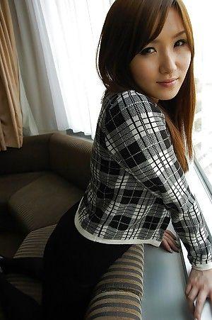 Японская красотка снимает повседневную одежду до обнаженной груди