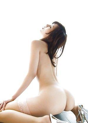Японка эротично позирует в нейлоновых чулках розового цвета