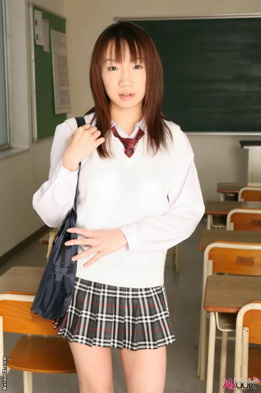 Японская студентка фоткается в сексуальной униформе
