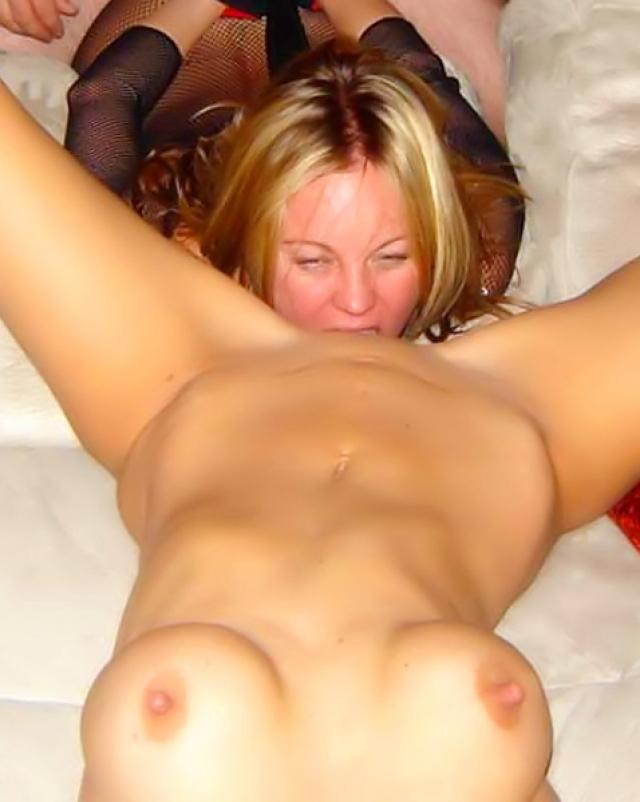 Две блондинки удовлетворяют друг дружку и своего партнера