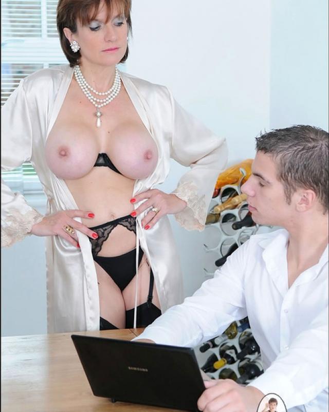 Мамочка в сексуальном белье дразнит программиста своими прелестями