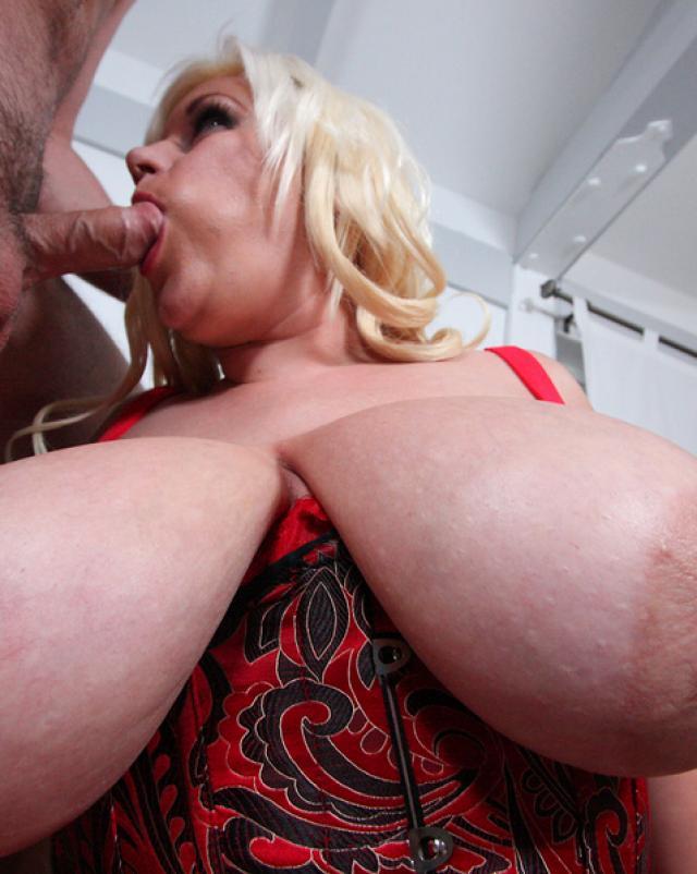 Мамочка в корсете дрочила мужику между огромных сисек