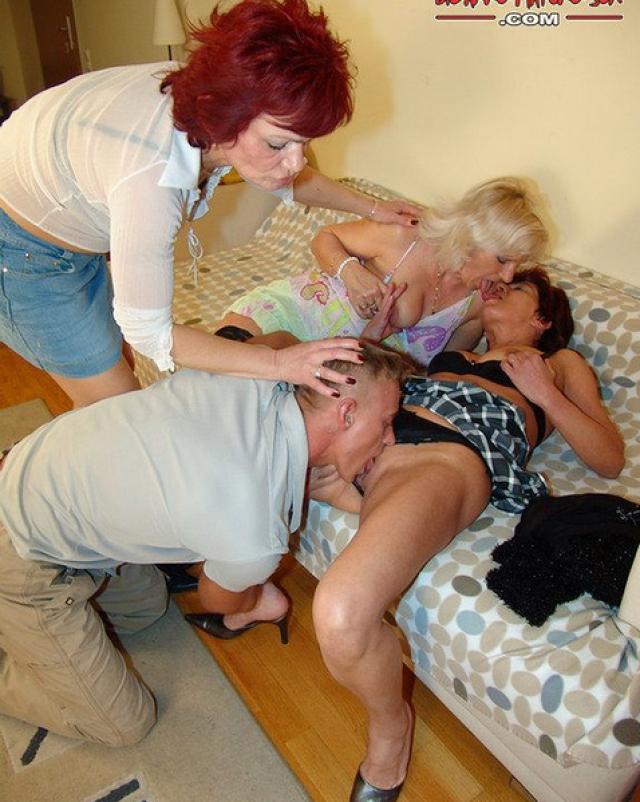 Мускулистый парень трахал троицу мамочек на четвереньках