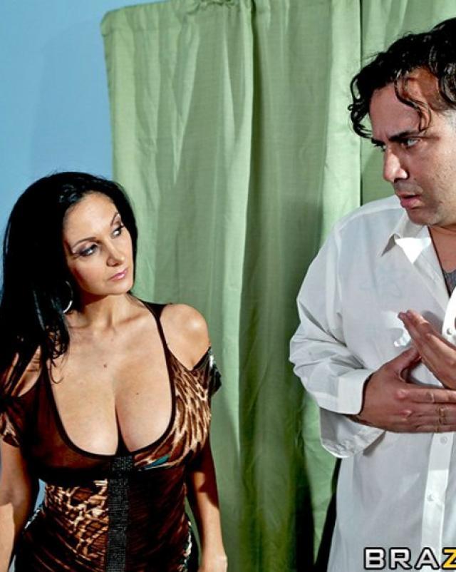 Мамочка с натуральными сиськами жгет в анальном сексе верхом