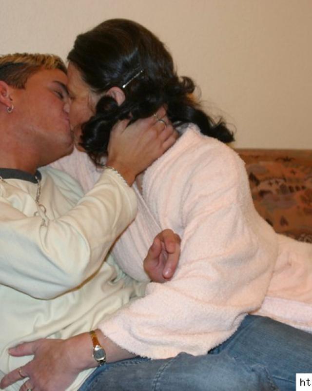 Парнишка целует и склоняет зрелую мамку к минету на диване