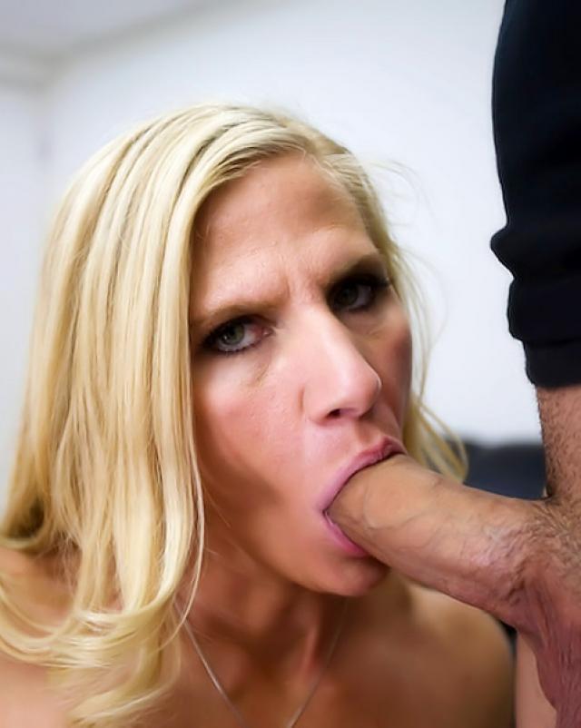 Сочная мамочка грациозно трахалась прямо в офисе