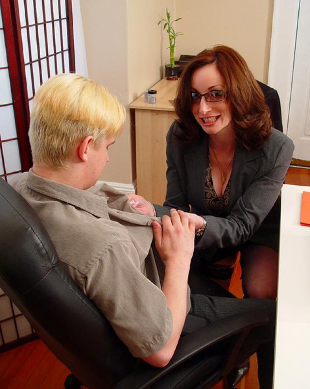 Деловые мамочки обожают развратничать с начальниками в офисе