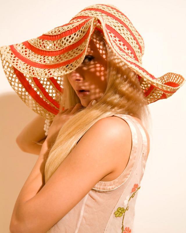 Девчонка в шляпе танцует страстный танец