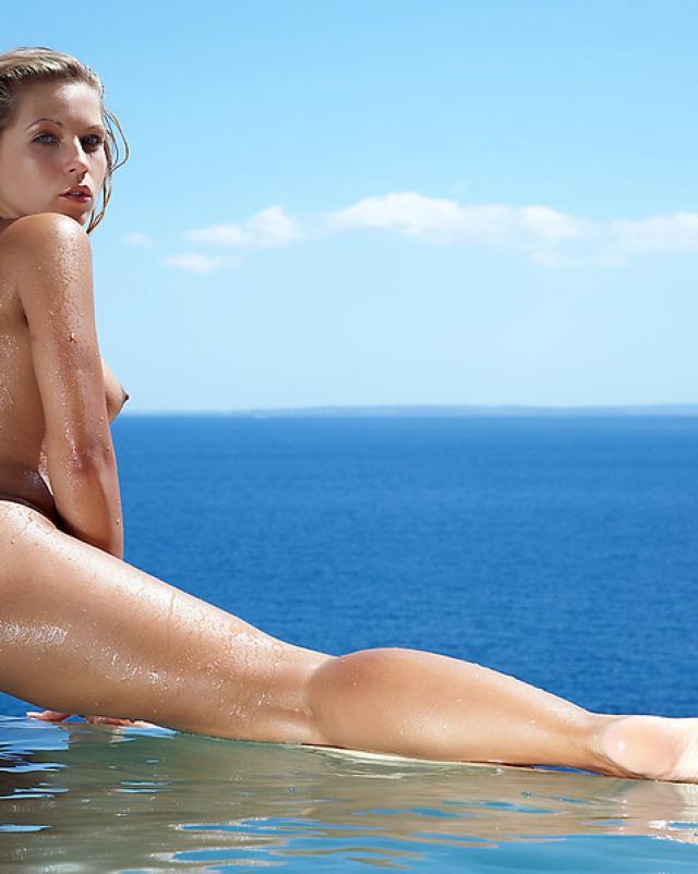 Морская гладь и голенькая шлюшка