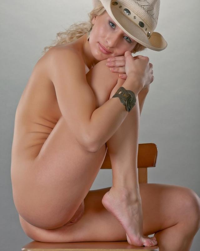 Дама в ковбойской шляпе на стуле