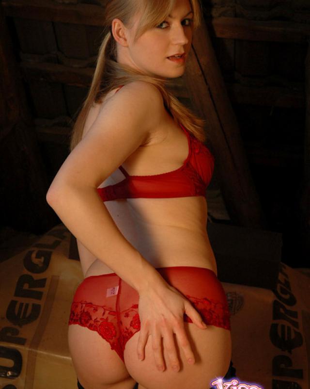 Стройная блондинка в красном белье играет собой и своим телом