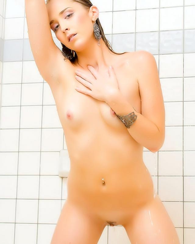Фотосессия с голой блондинкой в ванной