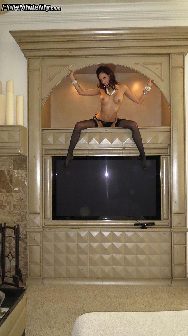 Мамочка отрывается в гостинице и делает порно фото