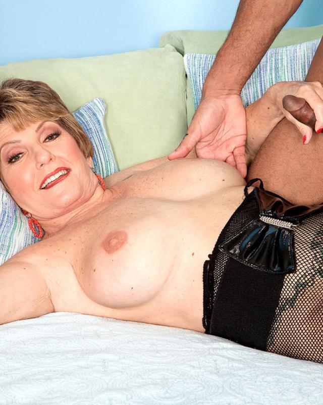 Зрелая мамаша любит трах с неграми