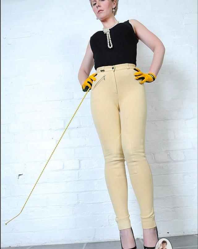Мамка в сексуальных штанах кончила на тахте