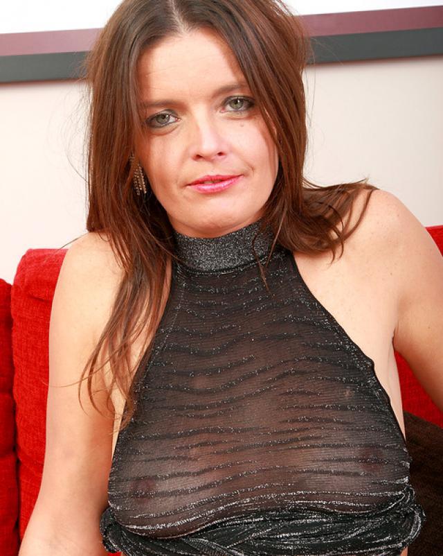 Сексуальная мамашка в черном белье дразнит свою киску