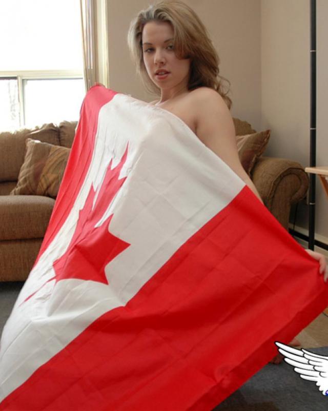 Канадская девушка показала письку на флаге