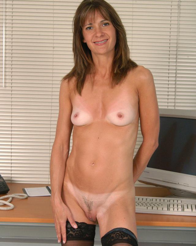 Знойная мамаша позирует на камеру в офисе