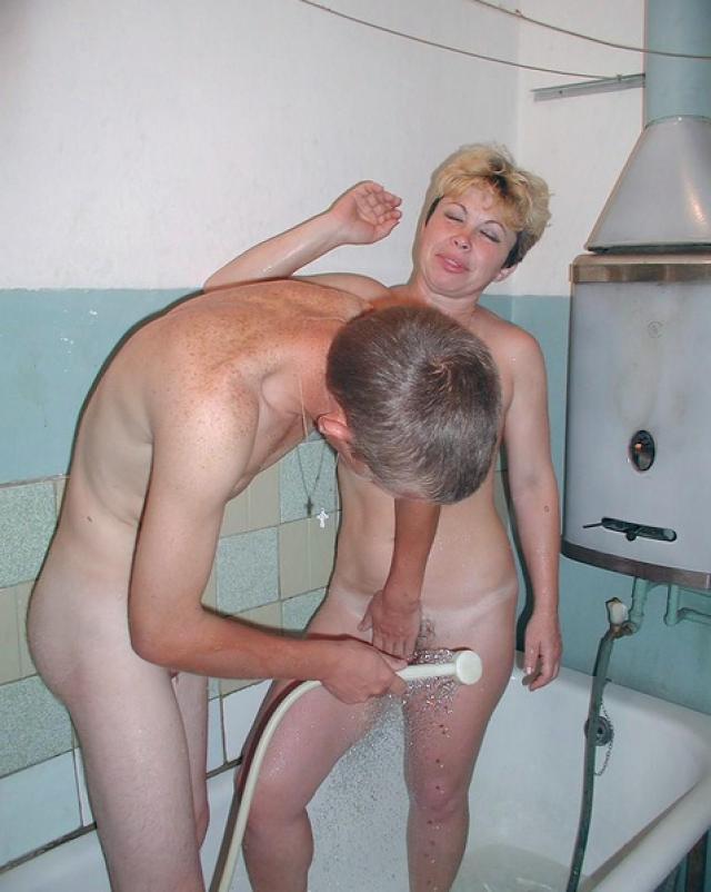 Зрелую мамашу в ванной трахнул сын