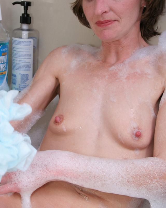 Тощая мамаша дрочит свою пизду в ванной