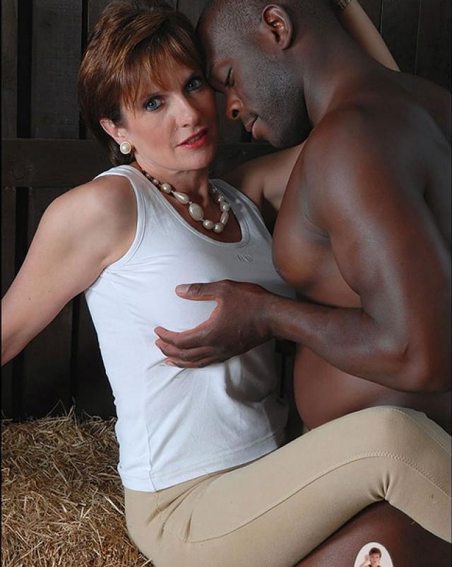 Зрелая мамаша развлекается в сарае с черным парнем