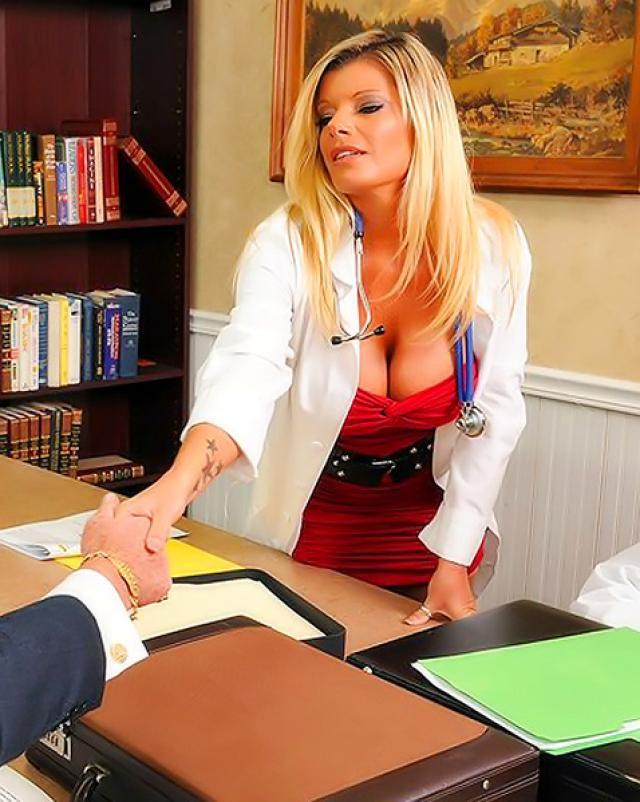 Медсестричка делает минет своего пациенту