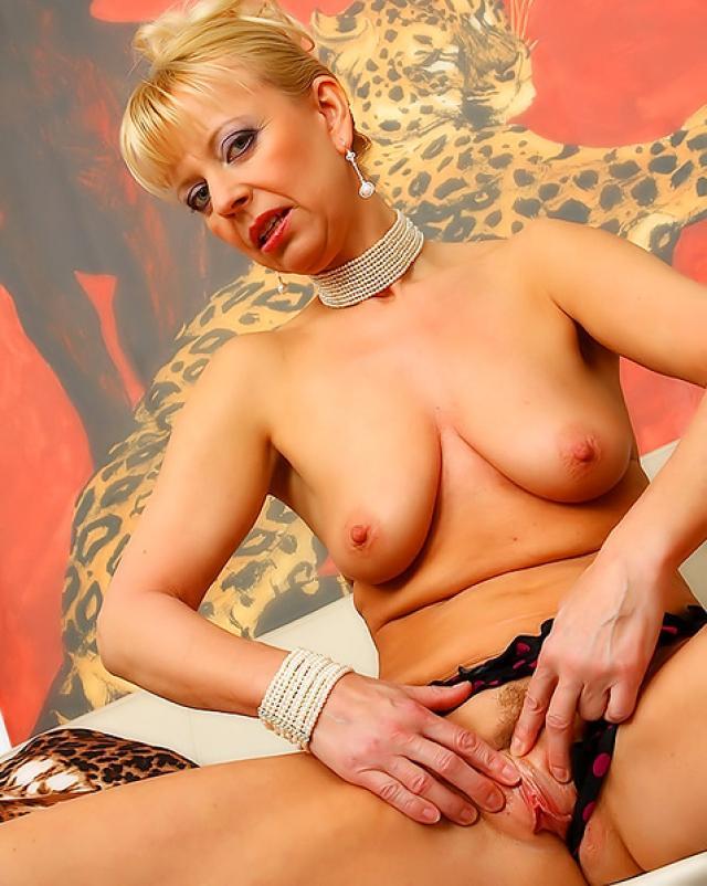 Зрелая блондинка показывает стриптиз для своего любовника