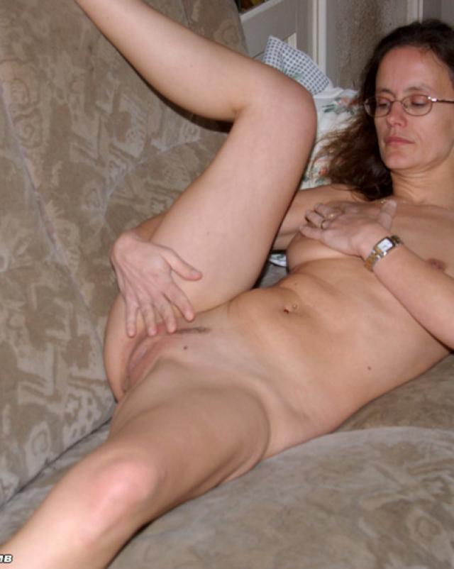 Зрелая девственница развлекается