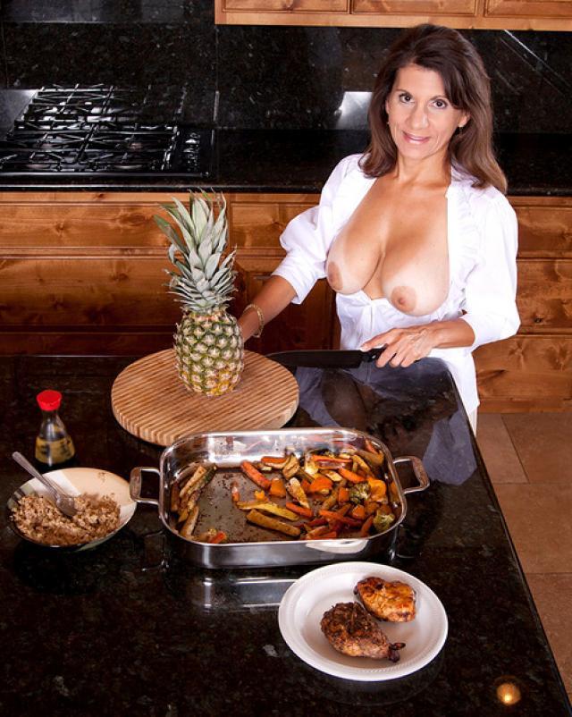 Богатая мамочка мастурбирует пизду на кухне