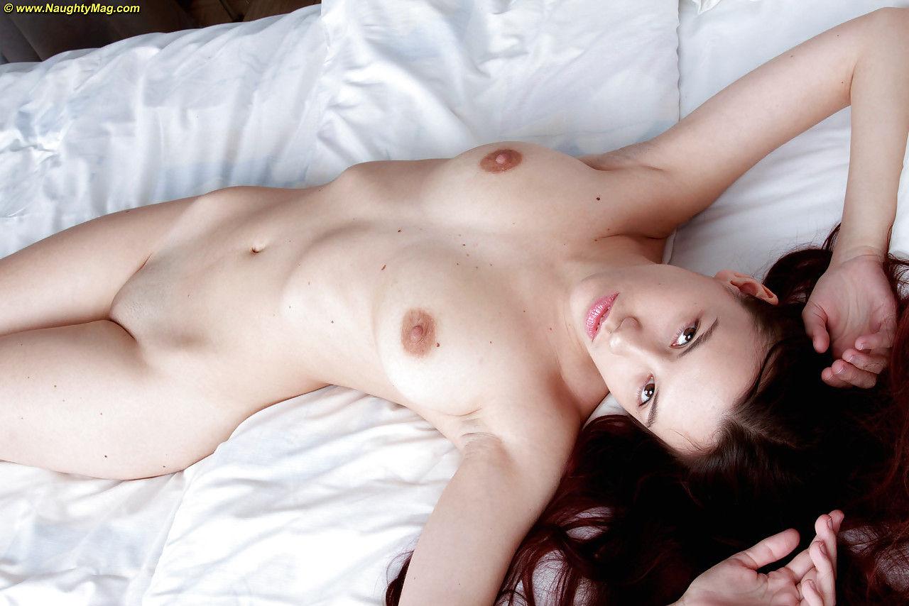 Красивейшая брюнетка с натуральными сиськами сняла свою эротику в спальне