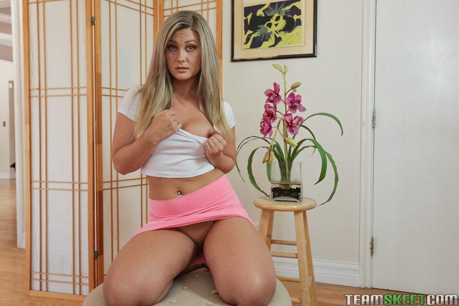 Красивая сучка молоденькой зрелости дает подсмотреть под юбкой