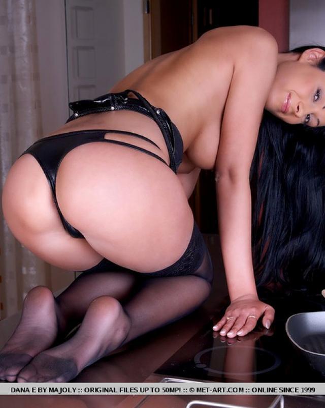 Жгучая домработница шалит на кухне