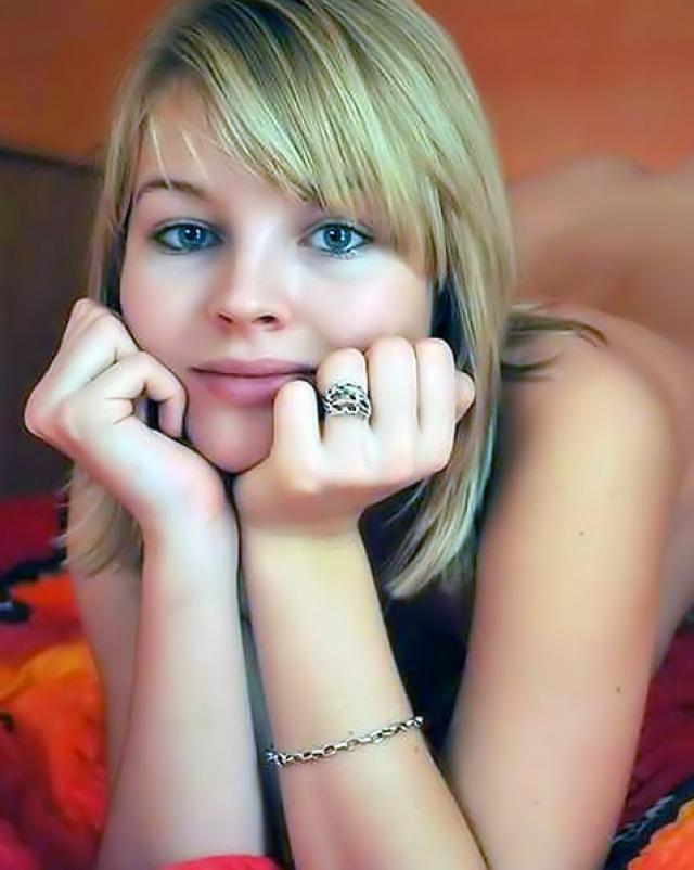 Молодая красотка делает много любительских фото