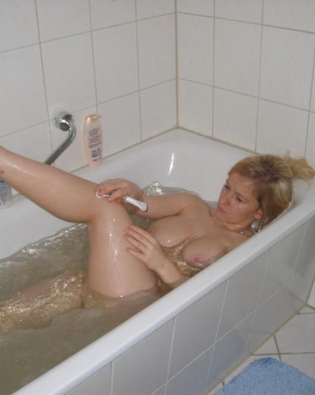 Домашняя блондинка брила свои ножки в теплой ванночке