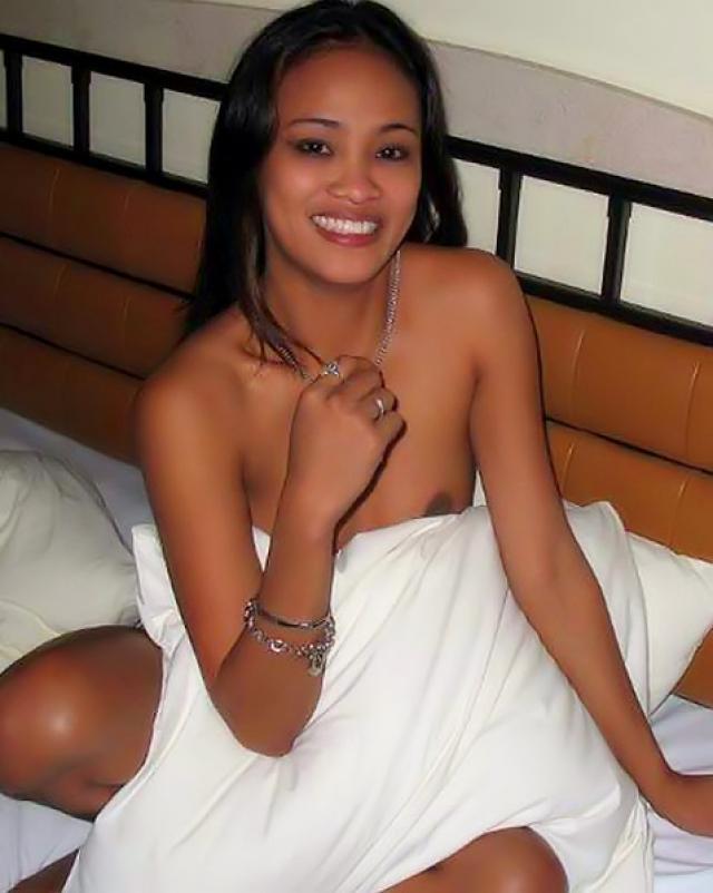 Юная азиатка с пышной грудью любит быть голенькой в душе