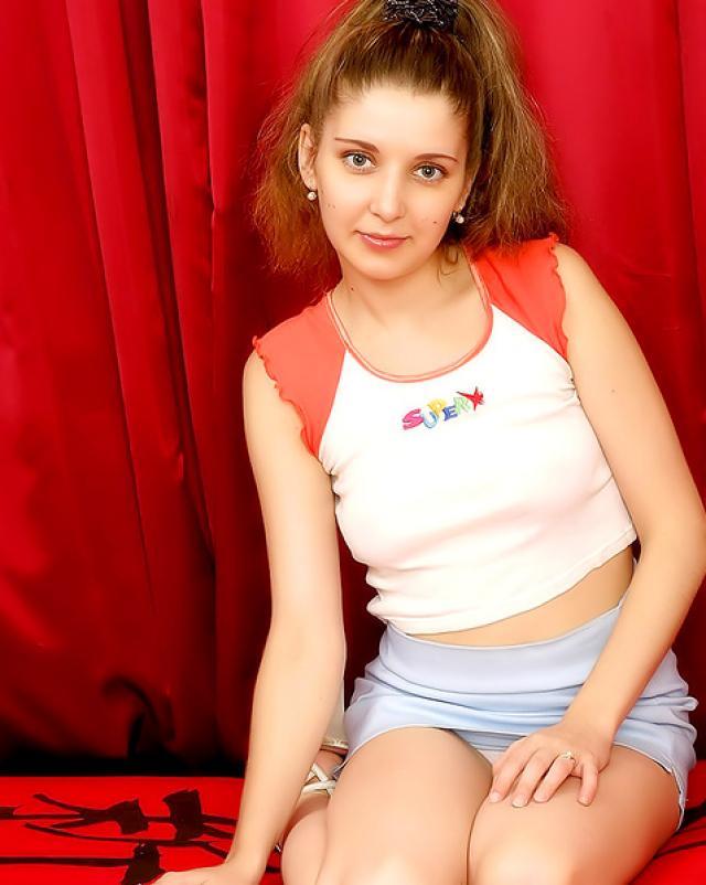 Молодая девушка красиво мастурбирует в соло