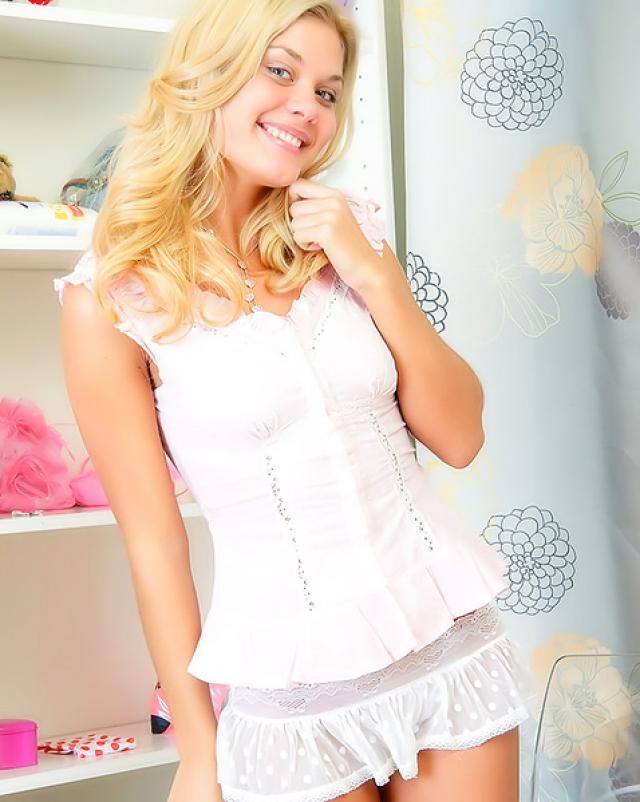 Блондинка в белых носочках красиво работает с игрушкой