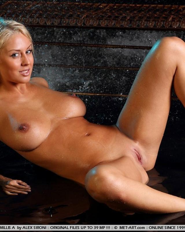 Блондинка с пышной грудью трогала свое тело под водичкой