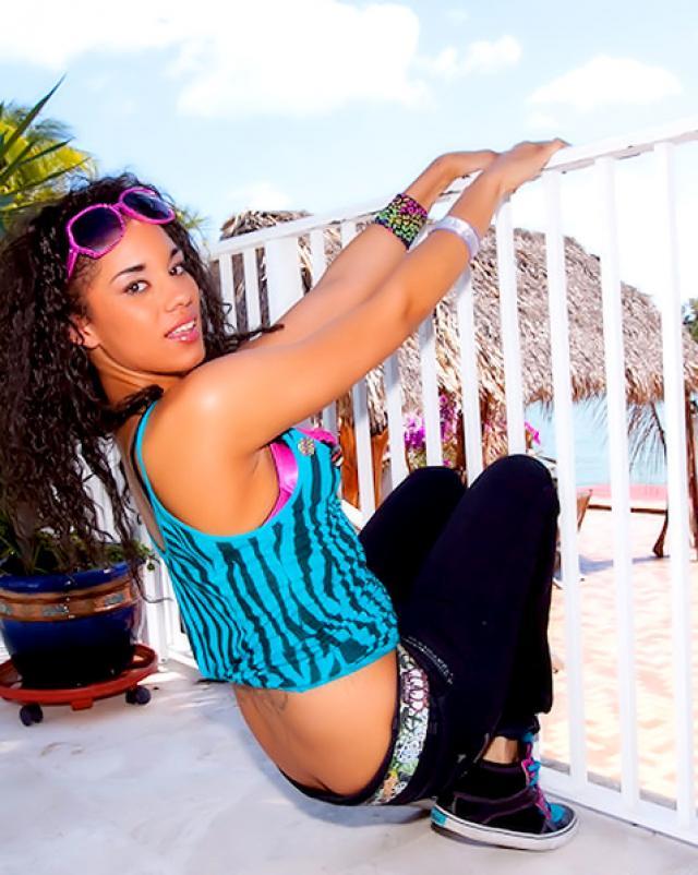 Сексуальная азиаточка забавляется на пляже