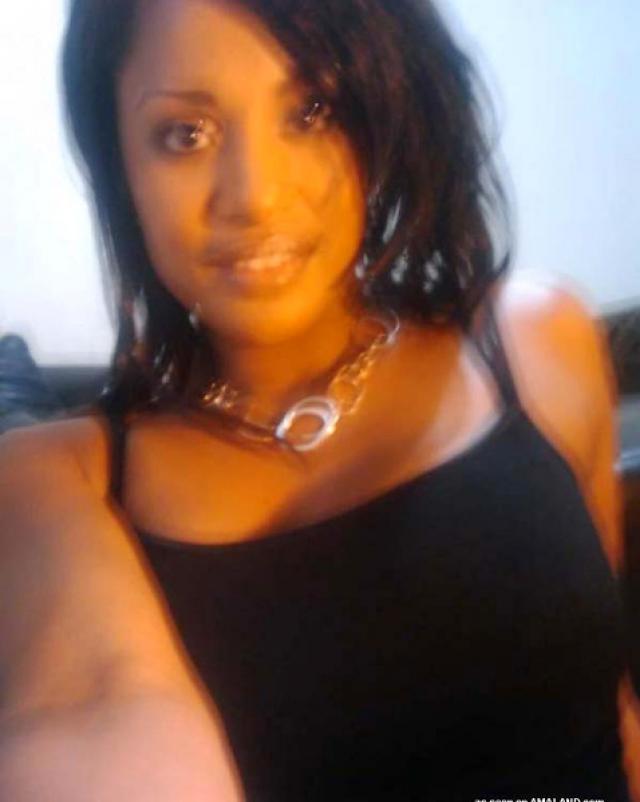 Черная девушка делает любительские селфи