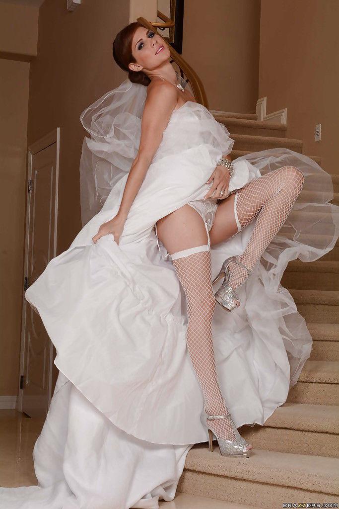 Сексуальная невеста с голой писькой задирает ноги на лестнице