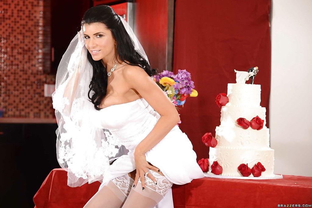 Прекрасная невеста показывает бритую письку у свадебного торта