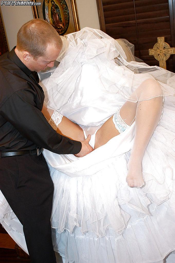 Голубоглазая брюнетка отдалась пошлому священнику перед свадьбой