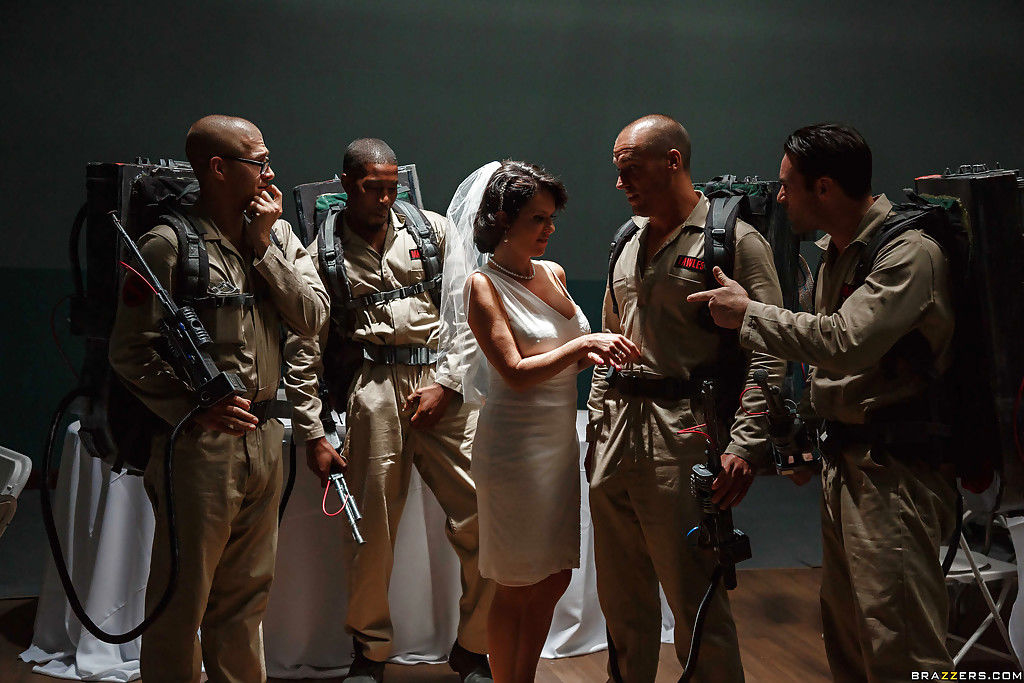Порно фото развращенная невеста трахается в армейской столовой