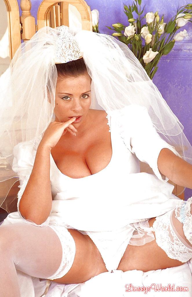 Грудастая невеста отодвинет трусики в сторону и поласкает писю