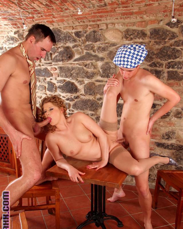Два парня с большими членами наказывают телочку и себя в попки